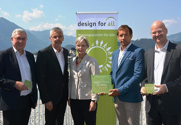 Auf der Terrasse des Leuwaldhofs mit herrlichem Bergpanorama in's Salzachtal überreichen Veronika Egger und Peter Spitaler den Design for All-Award an die Preisträger.