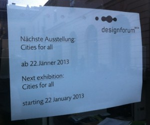 Ankümfigung im Fenster des designforum Wien