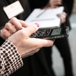 Die Tastatur eines Mobiltelefons wird auf haptische Qualitäten überprüft.