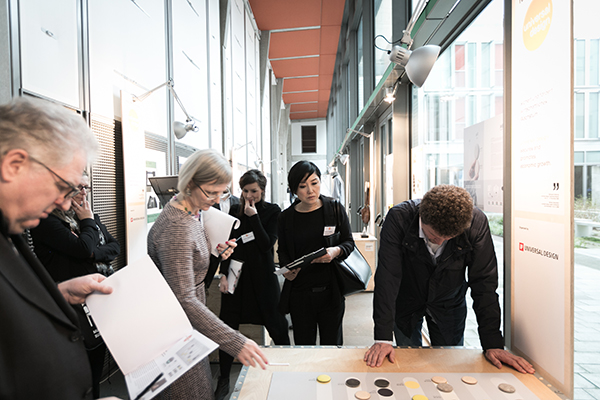 Die Jurymitglieder Wolfgang Sattler, Veronika egger, Verena Voppichler, Kyoko Tanaka und Fritz Frenkler (v.l.n.r.) bei der Besprechung einer Einreichung.