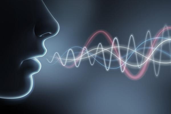 Symbolbild für Akustik, Frau im Profil im Gegenlicht, dazugezeichnete Wellenausbreitung von ihrem Mund ausgehend